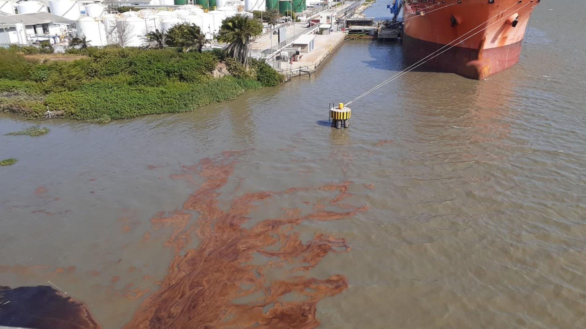 El aceite derramado provocó una macha en el Río.