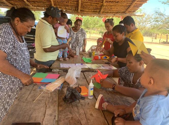 Adultos y niños de Kepischian participan en jornadas pedagógicas que realizan de manera permanente.