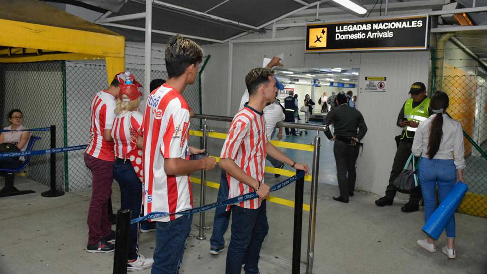 Más aficionados llegaron al aeropuerto para darle la bienvenida al futbolista.