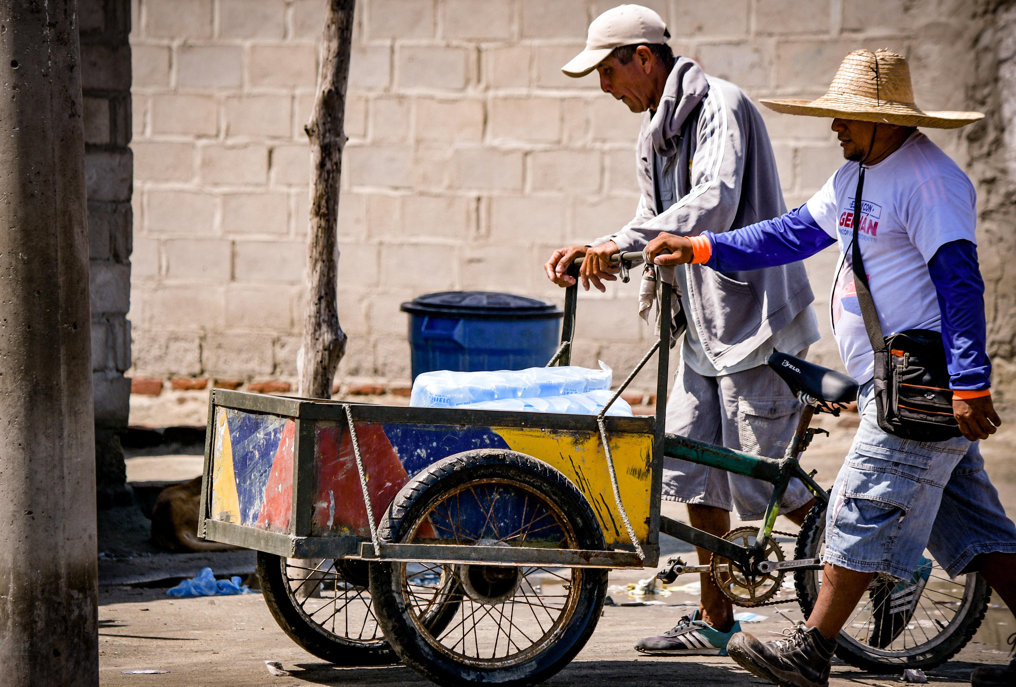 Herman Acosta distribuye a diario agua en bolsas entre los pocos comerciantes del corregimiento. Lo hace de 6 a.m. a 10 a.m.
