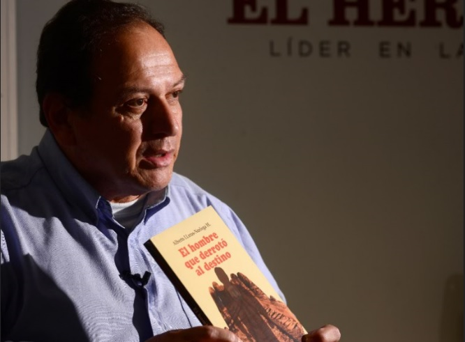 Alberto Lleras Noriega con el libro de su autoría.