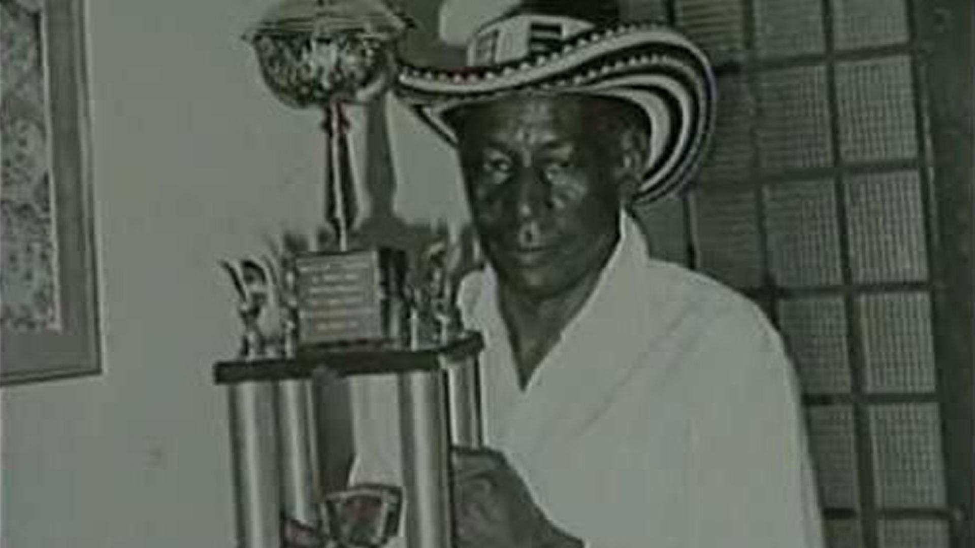 Alejo posa con su trofeo de Rey Vallenato.