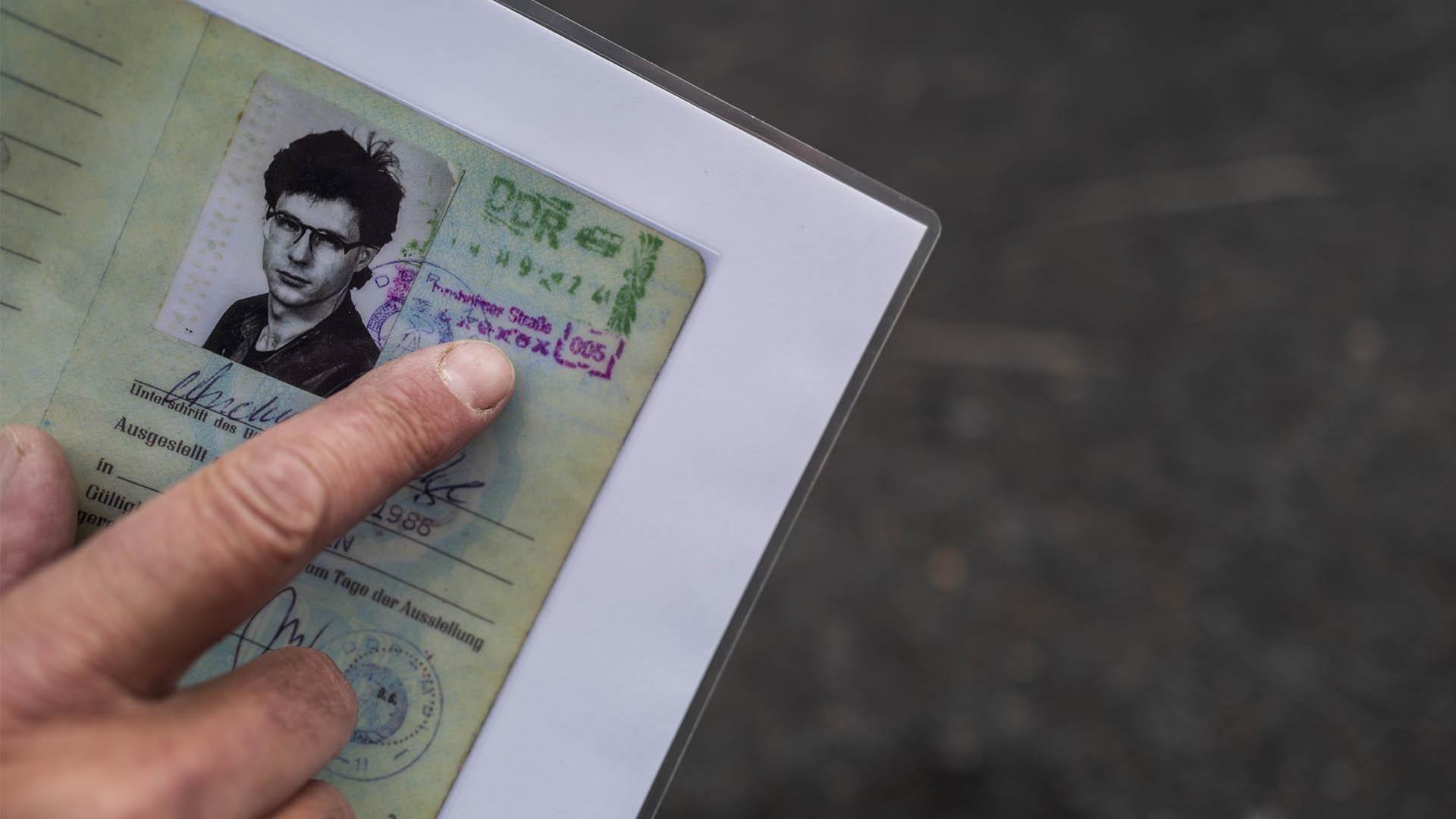 Andreas muestra su pasaporte para el cruce.