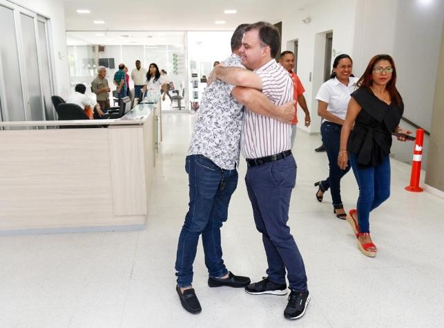 Gómez saluda a uno de los empleados de la Alcaldía.
