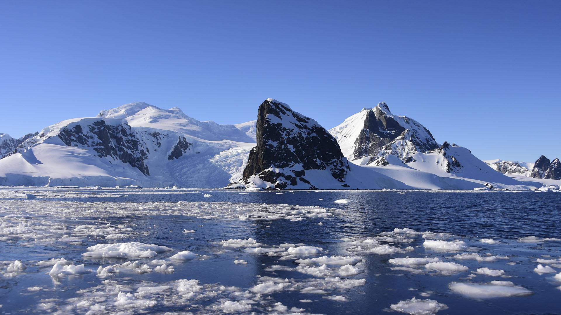 Vista del puerto de Orne en las Islas Shetland del Sur, Antártida.