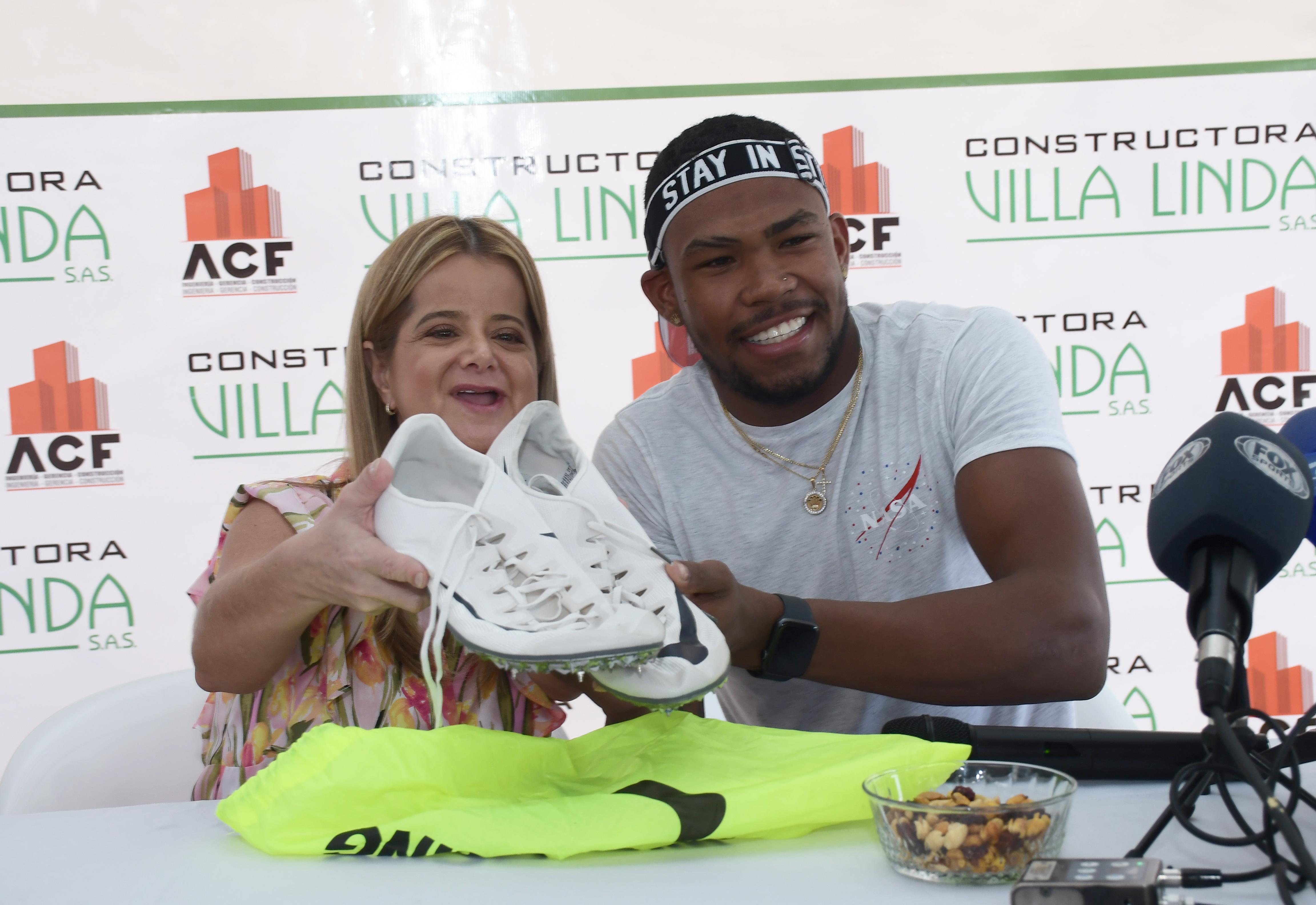 El atleta le regaló sus zapatillas a Elsa Noguera.