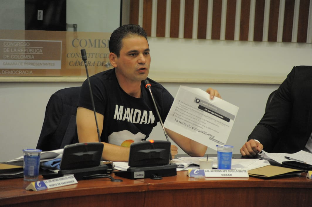 """El representante Ape Cuello en su intervención. Lució una camiseta con la frase """"Mandan huevo""""."""