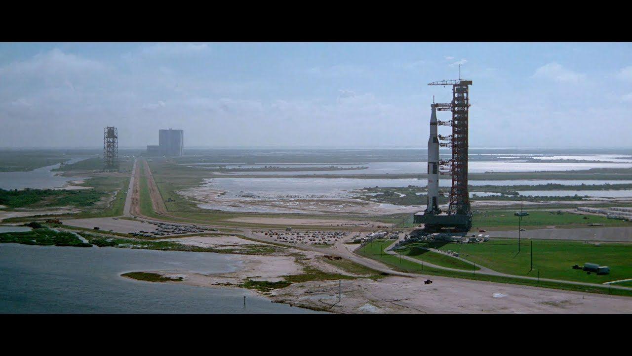 Las imágenes incluyen filmaciones dentro del cohete, mientras los astronautas se ponen sus trajes, algunas a bordo del Apolo y ya en la Luna.