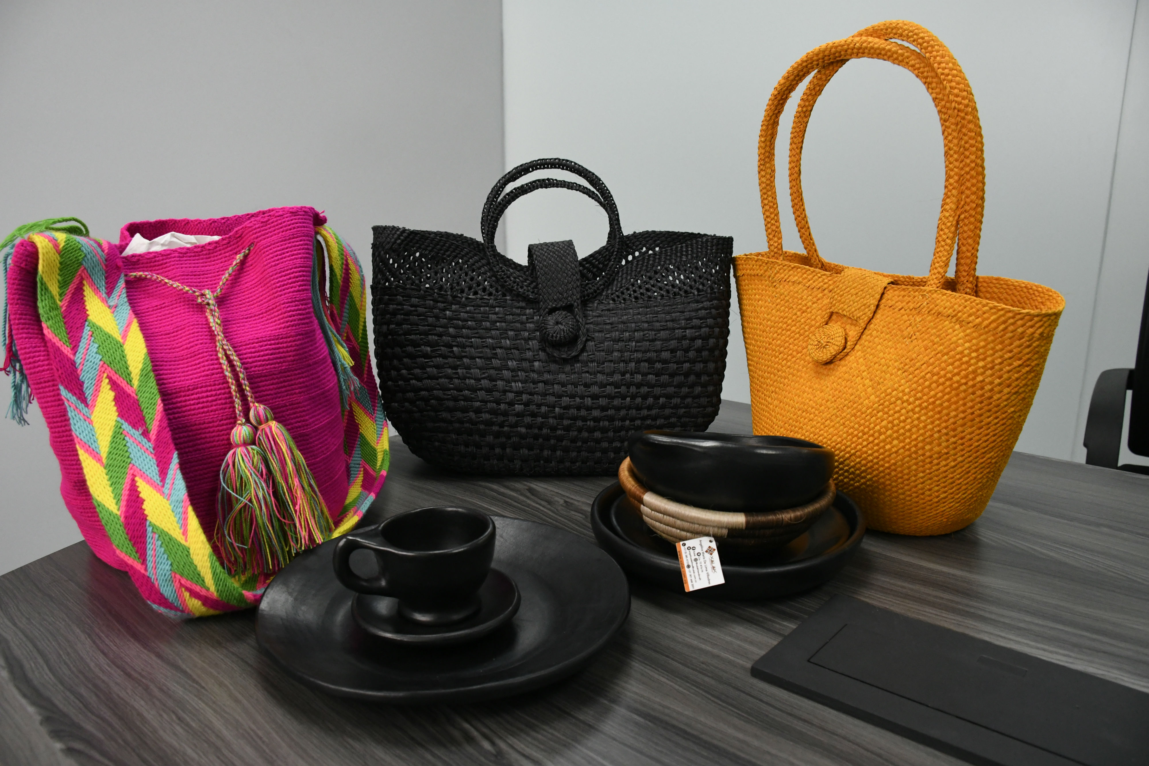 Mochilas, bolsos, platos son productos de exportación.
