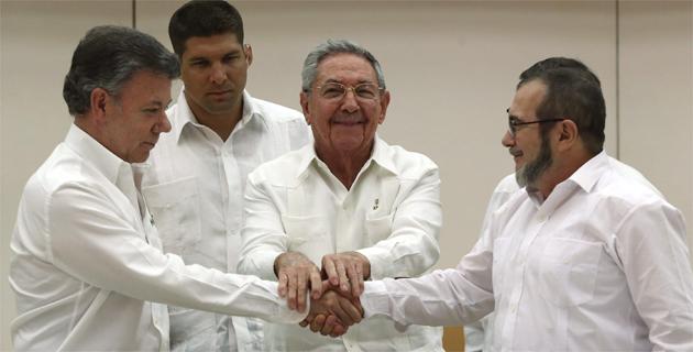 Juan Manuel Santos y 'Timochenko', en un apretón para la historia | El  Heraldo