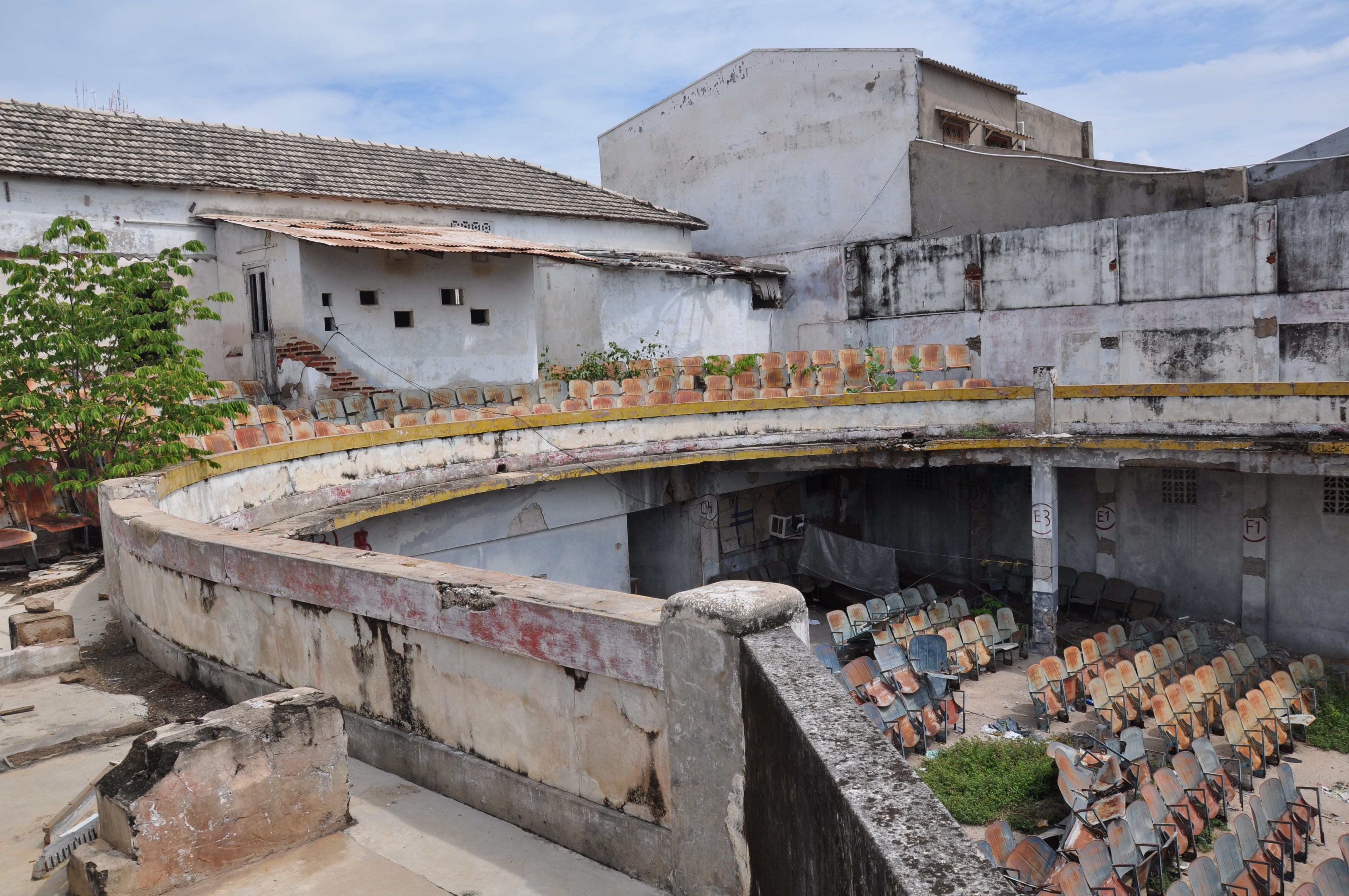 Así se encuentra la parte alta del interior del teatro Aurora, de Riohacha.