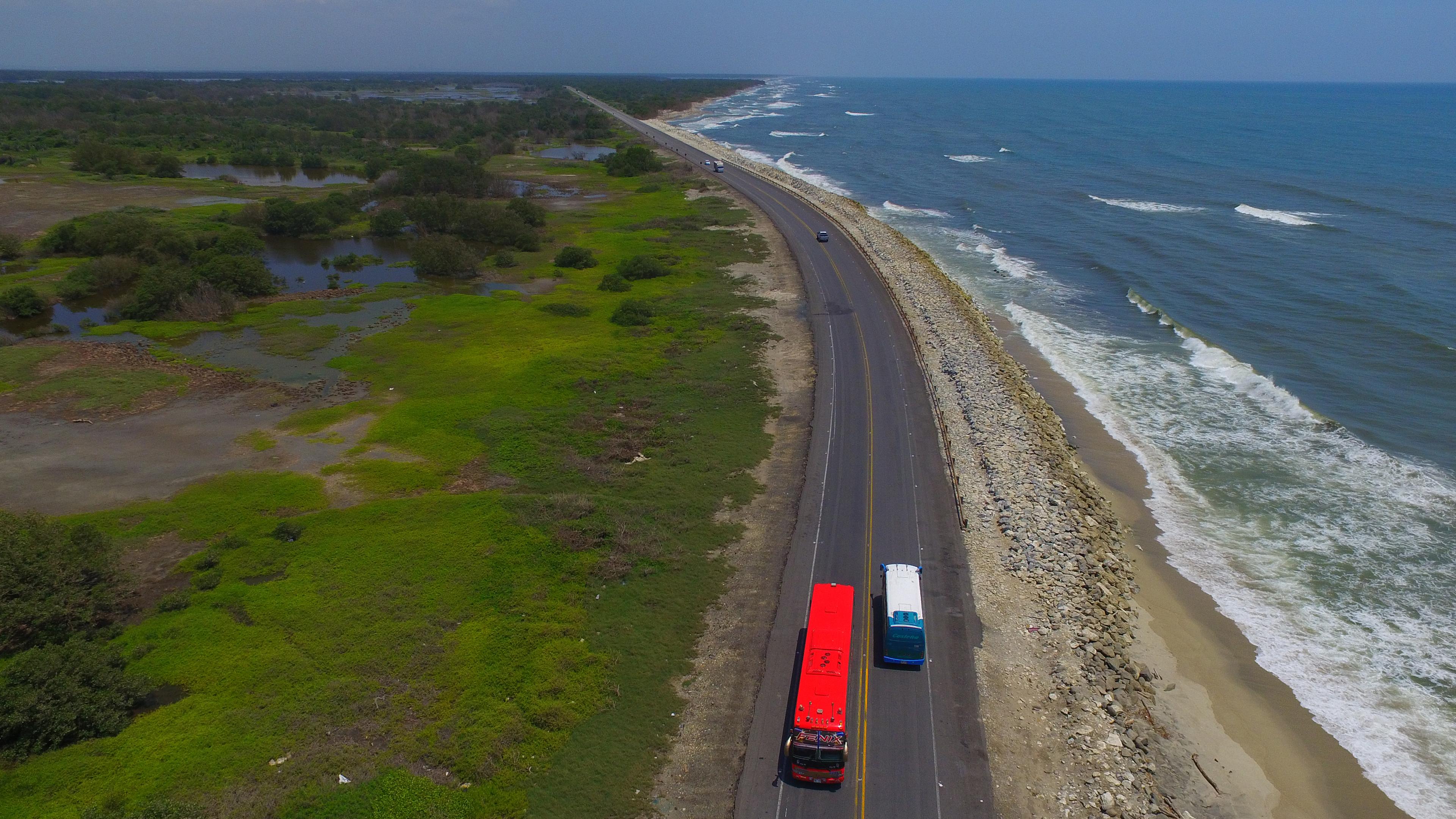 Imagen tomada con drone en el km 19 de la vía Barranquilla - Ciénaga, una de las zonas más afectadas por la erosión.