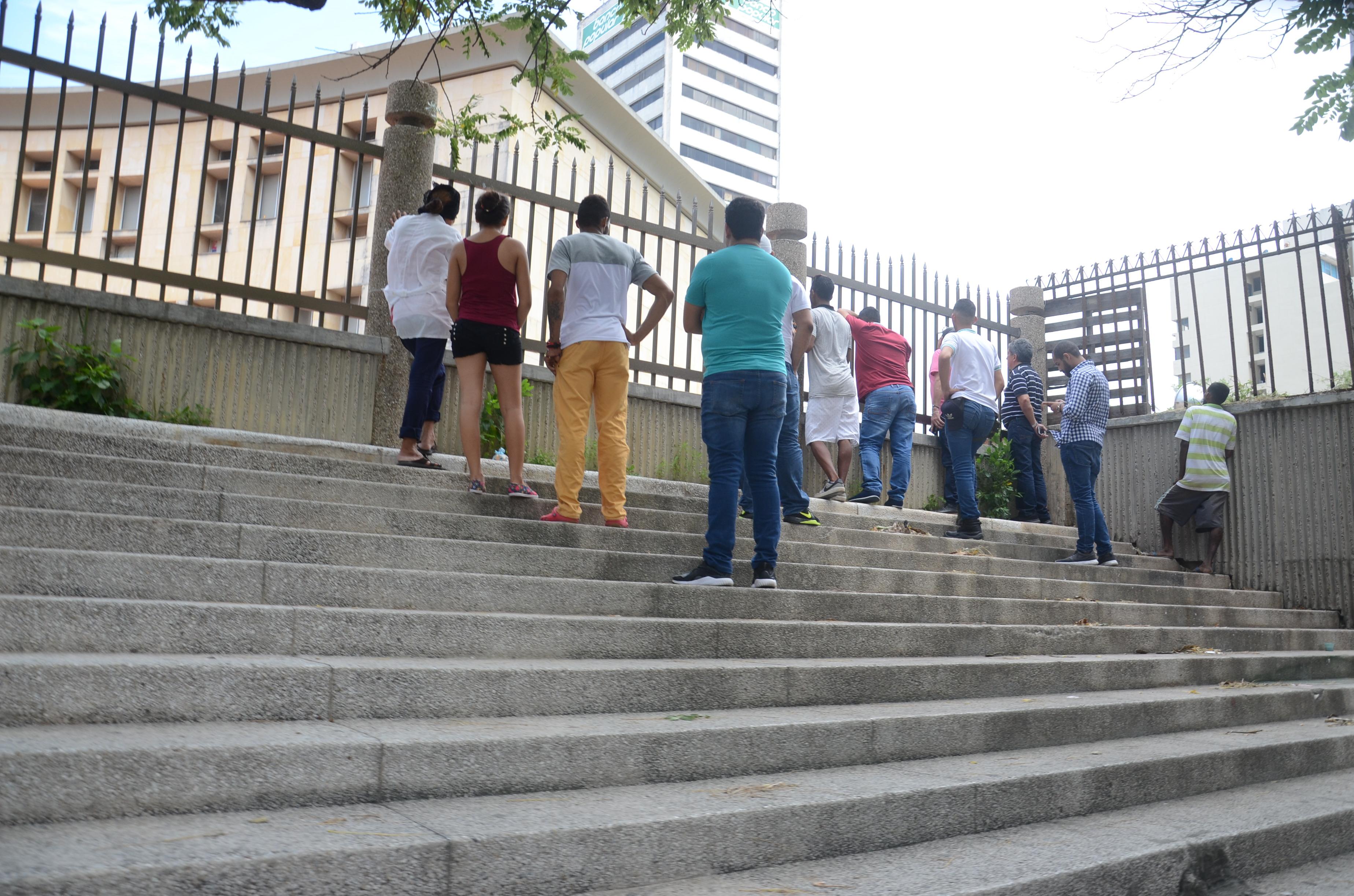 Clientes de Merlim fuera del Centro de Servicios.