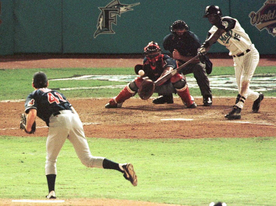 Tras conectar el 'hit' que impulsó el campeonato de los Marlins, Rentería celebró corriendo por el campo.