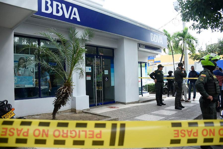 Un delincuente fue dado de baja y otro capturado cuando intentaron cometer un hurto a  la entidad bancaria BBVA ubicada en el barrio Boston. Un agente de la Sijín evitó que fuera cometido el hecho delictivo.