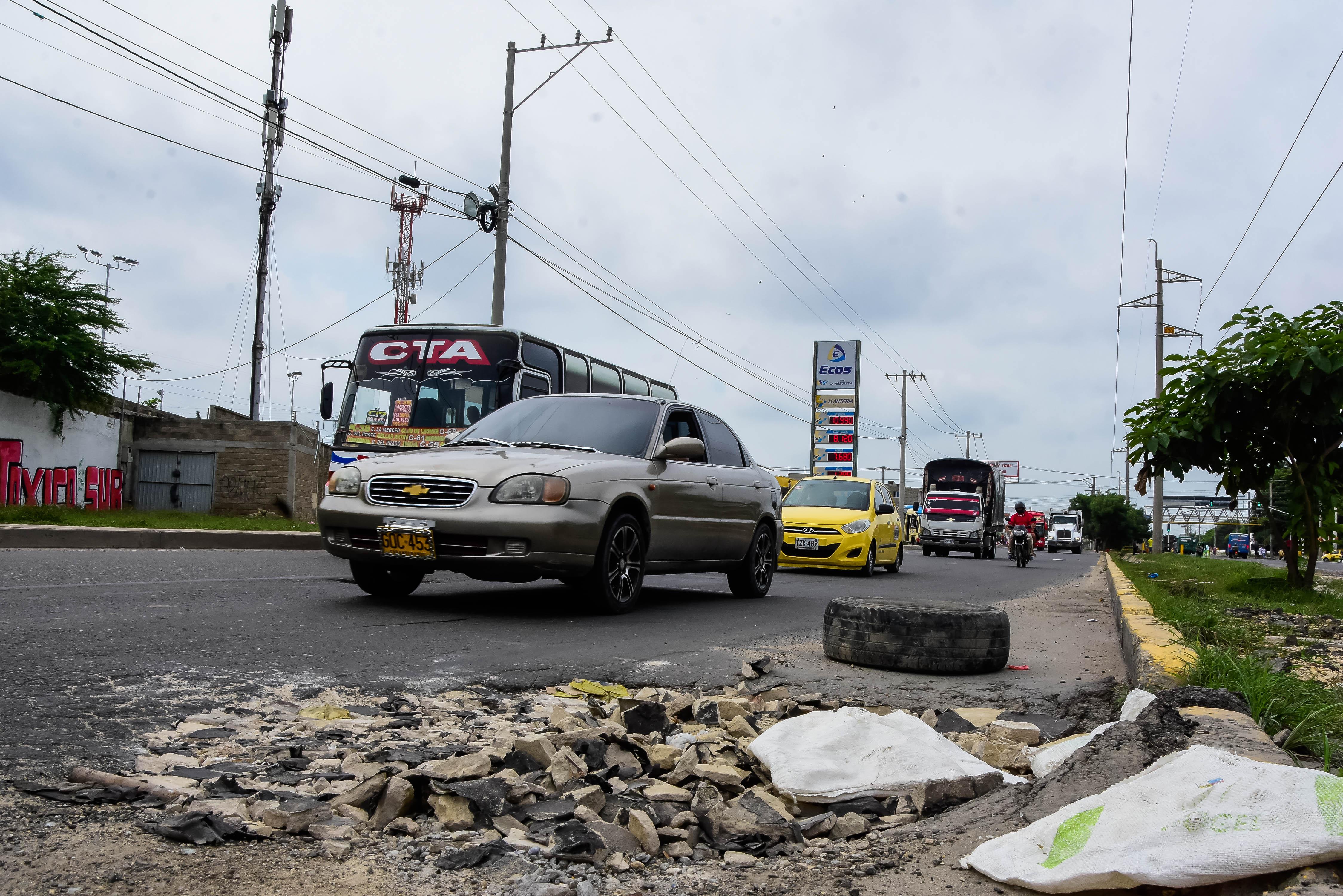 Uno de los cráteres ubicado en el tramo de la calle 43 con Avenida Circunvalar, rellenado con escombros.