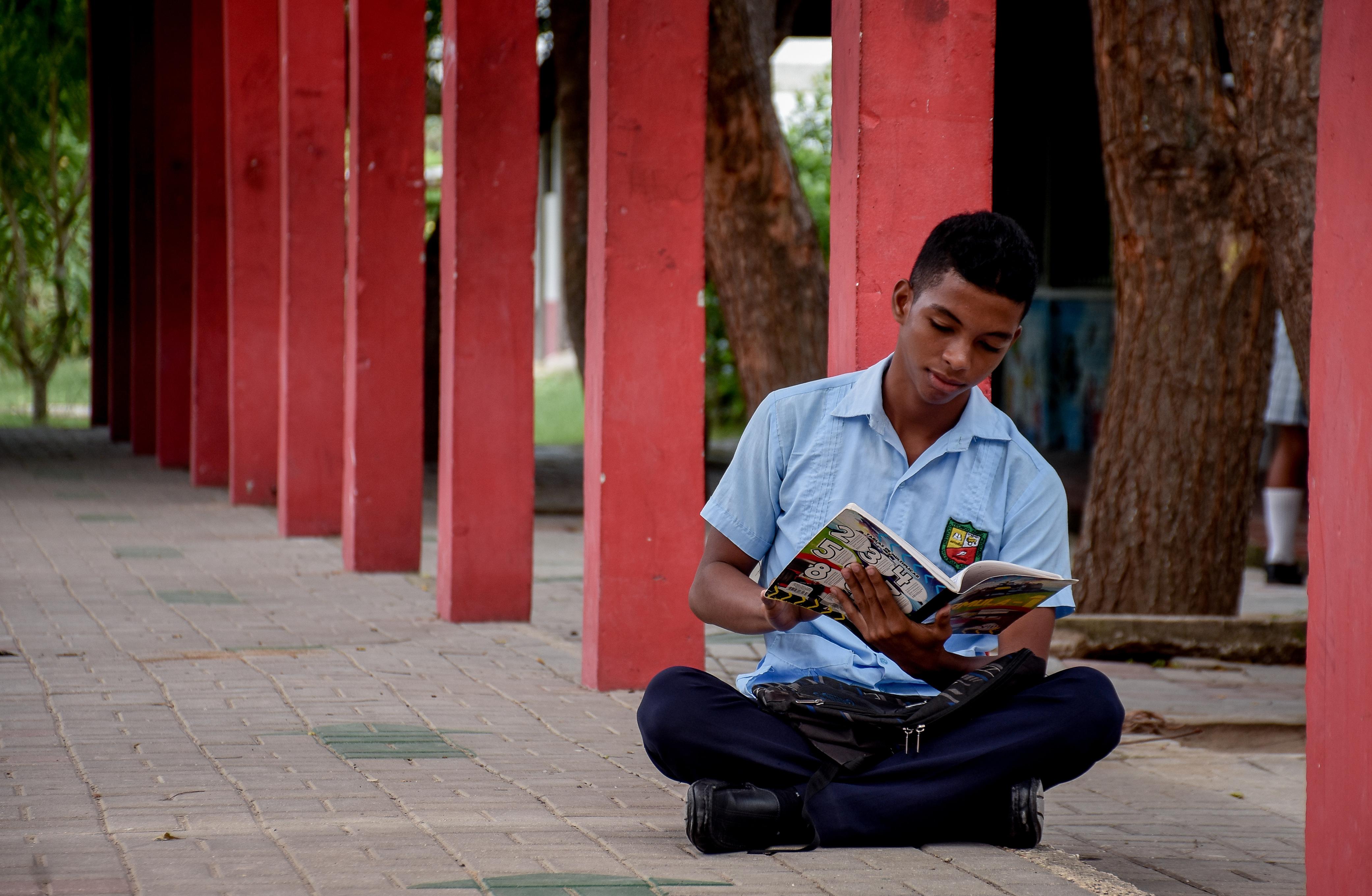 Omer Parra, en uno de los pasillos de la institución educativa Técnica Agropecuaria de Villa Rosa.