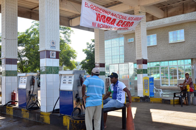 Trabajadores y dueños aseguran que en las estaciones el combustible pasa a través de un filtro, para evitar que las impurezas dañen los vehículos.