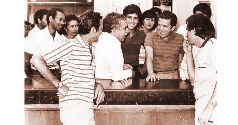 Gabriel García Márquez mientras visitaba la sala de redacción del periódico EL HERALDO.