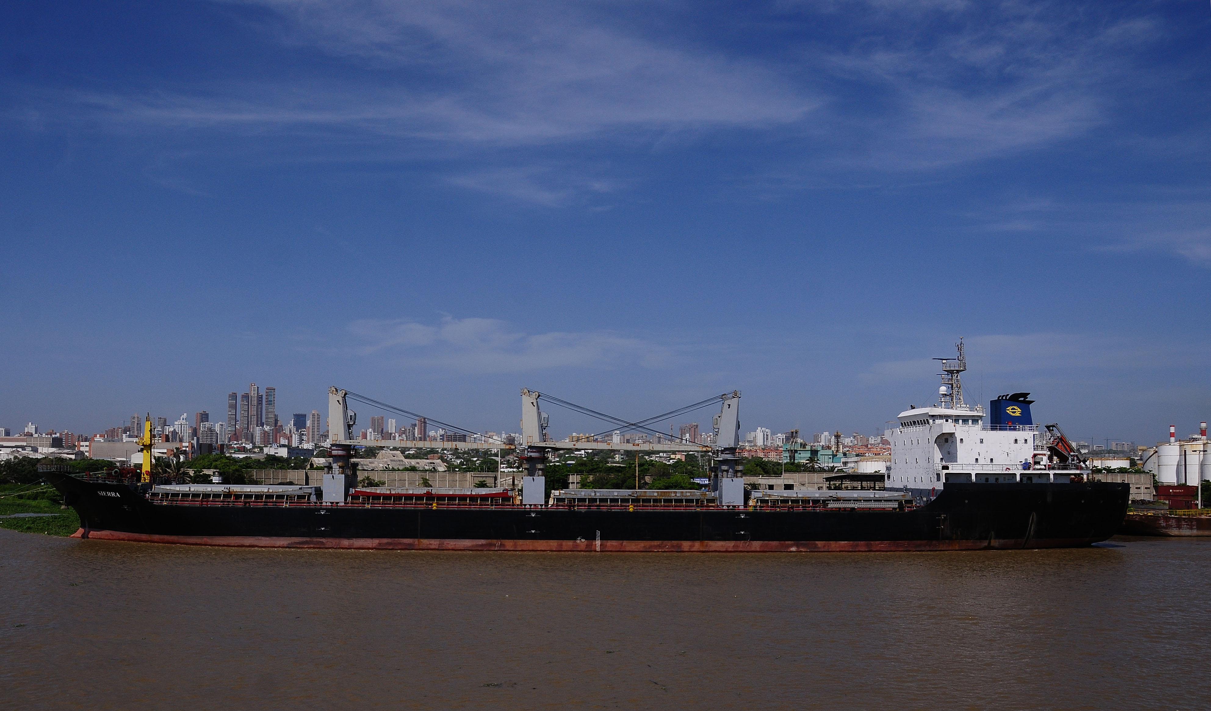Una embarcación permanece atracada en uno de los terminales ubicados en la zona portuaria de Barranquilla.