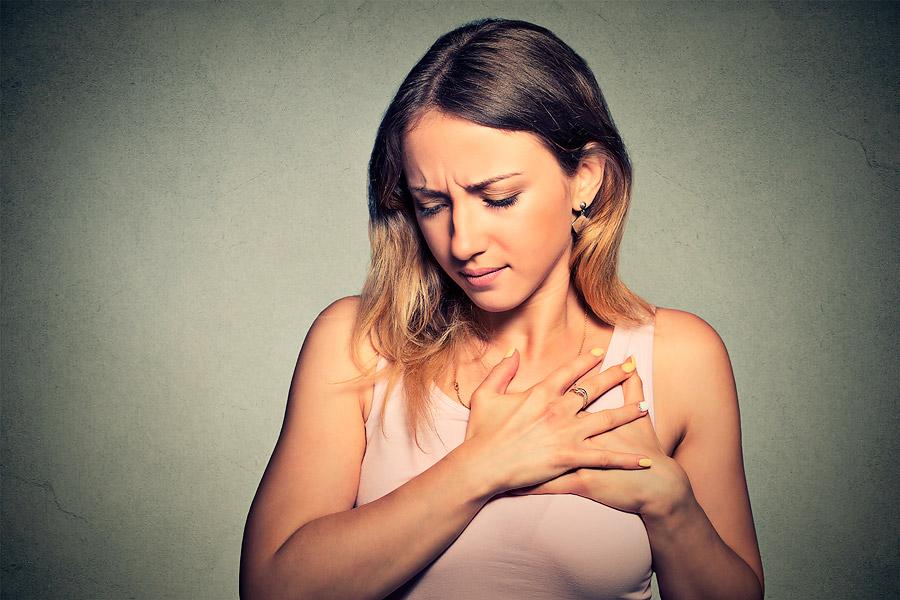 Mujer con dolor en el pecho.
