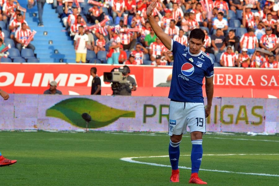 Roberto Ovelar agradeciéndole a la afición.