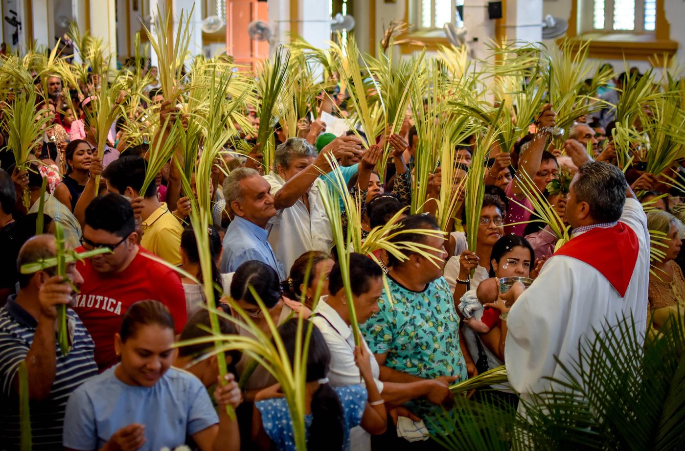 Los feligreses llevaron ramos de palmiche a la iglesia Nuestra Señora de Chiquinquirá.