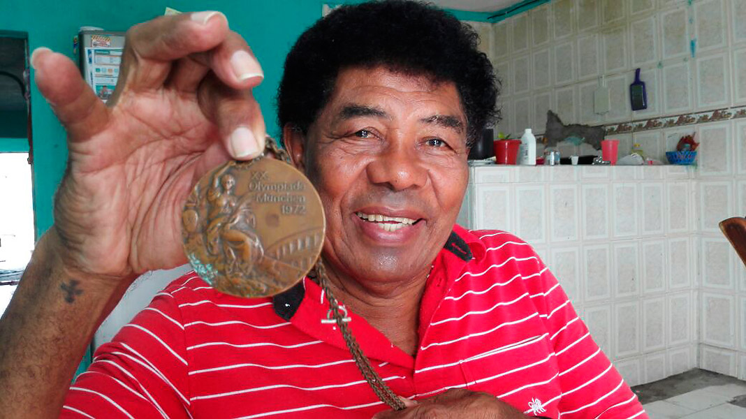 Alfonso 'el Olímpico' Pérez con su medalla de bronce, que le dio varias satisfacciones y lo marcó de por vida.