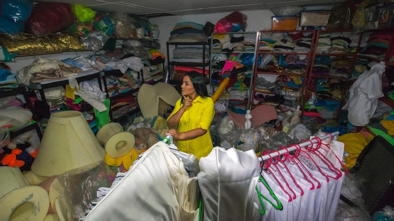 Diana Rolando trabaja día y noche en su taller para cumplir con la entrega de más de 3.000 prendas.