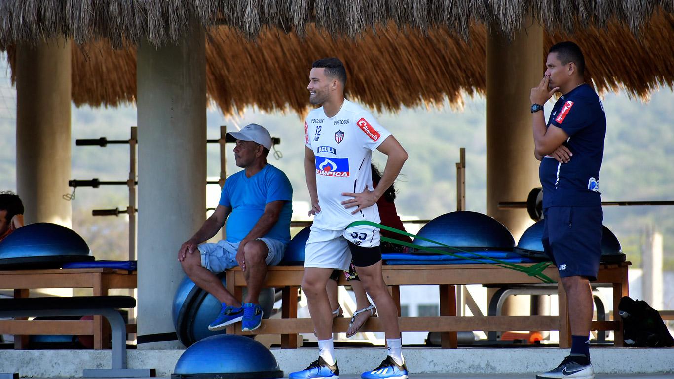 El arquero José Luis Chunga trabajando junto al kinesiólogo Maikol Ortíz.