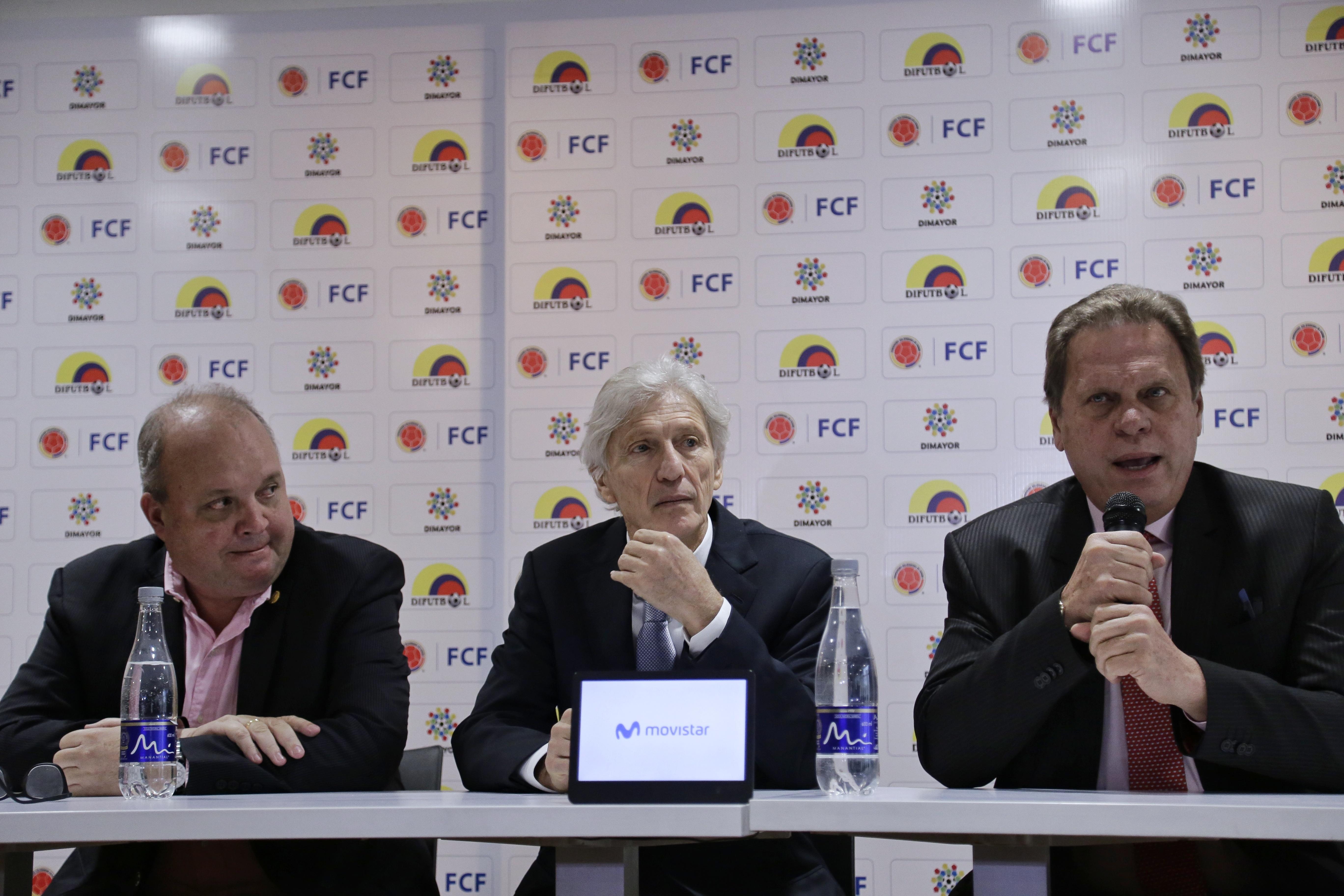 Jesurun junto a Pékerman y Vélez en la rueda de prensa.