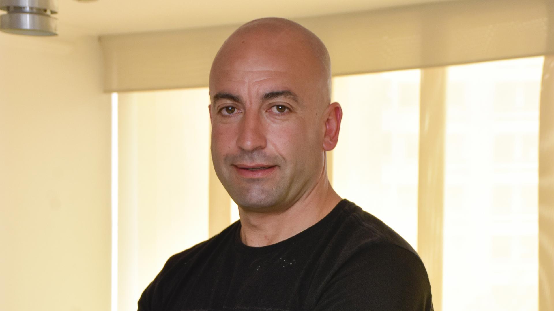 Jorge Casanova posando para EL HERALDO luego de la entrevista.