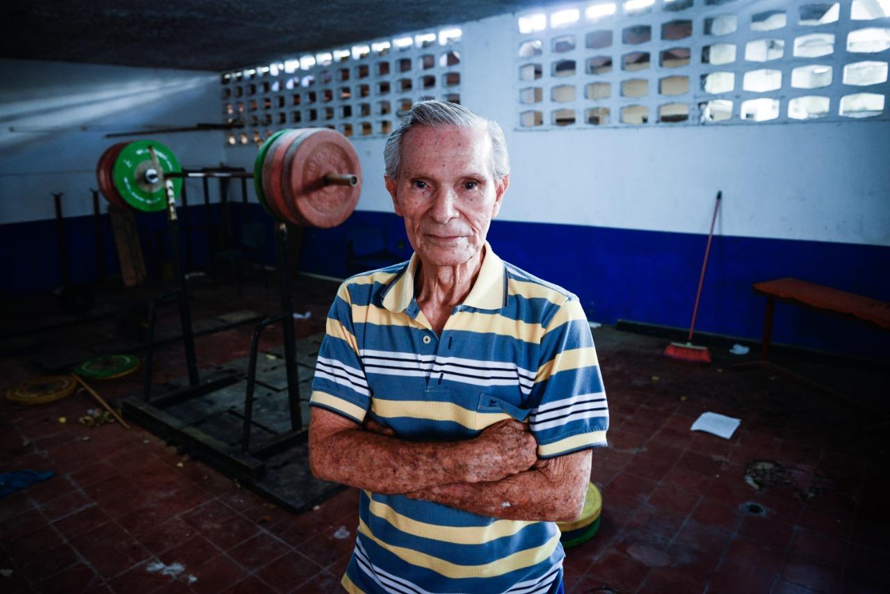 Carlos Caballero Figueroa en el Colegio Barranquilla, donde forma pesistas.
