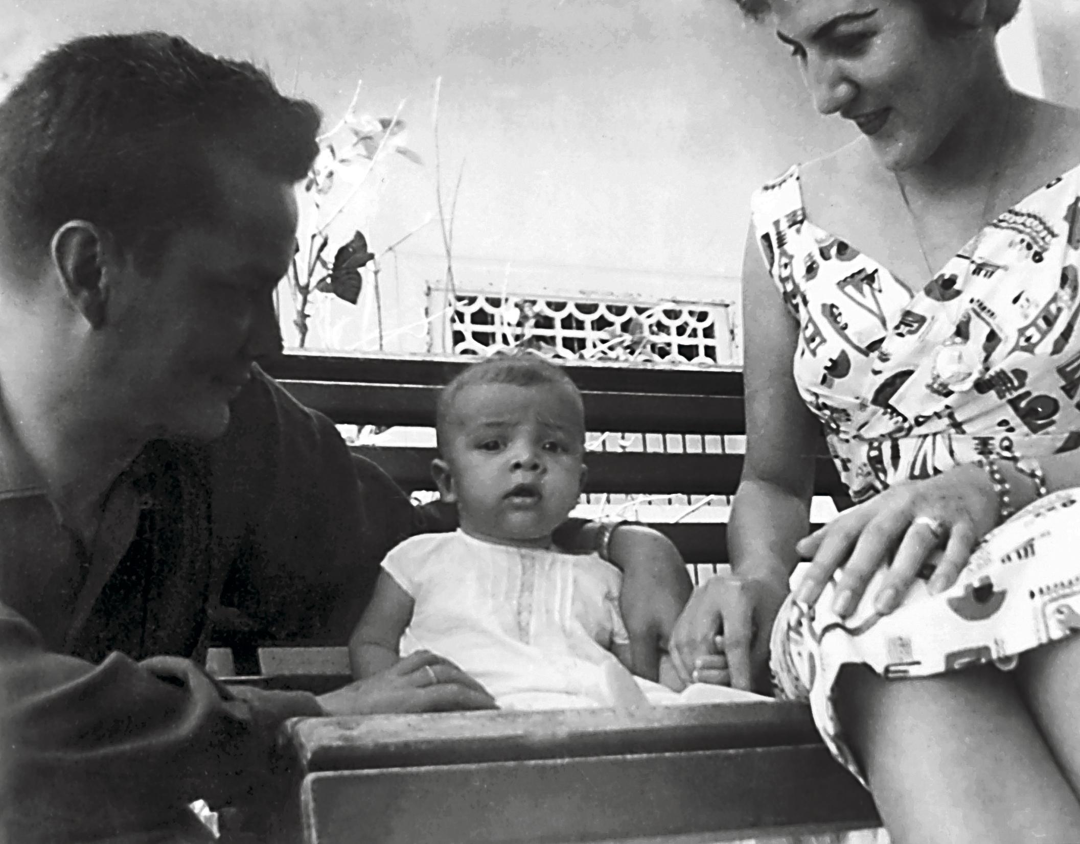 Germán Vargas Cantillo y su esposa Susie Linares Ruiz le sonríen a Darío, el primero de sus tres hijos.