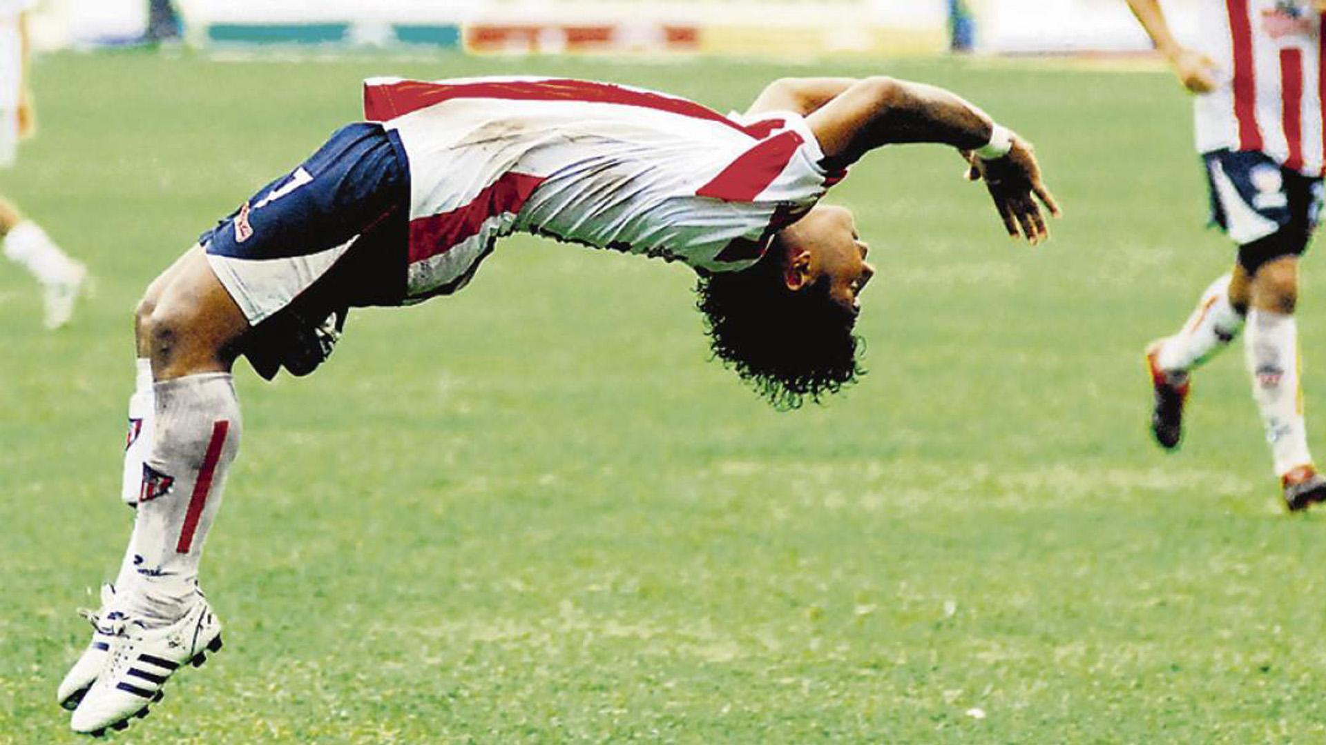 El delantero barranquillero Alfredo Padilla haciendo su clásico festejo de gol en su etapa como jugador del Junior.