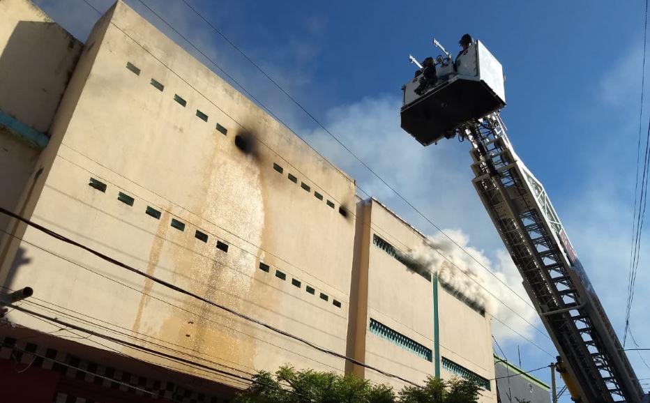 En video | Bomberos intentan controlar incendio en el Centro de Barranquilla - El Heraldo (Colombia)