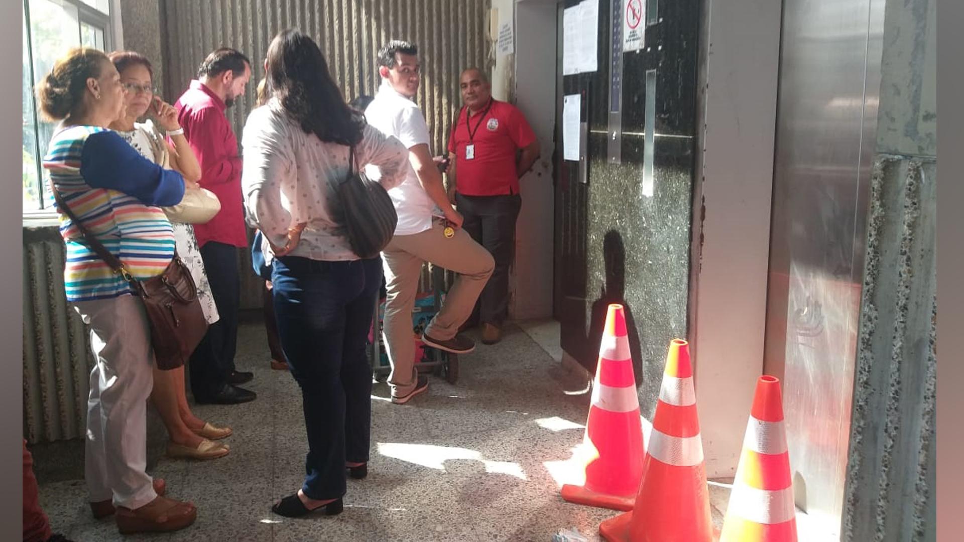 Las personas tienen que hacer largas filas para poder utilizar el único ascensor en servicio del edificio Rodrigo Lara Bonilla.