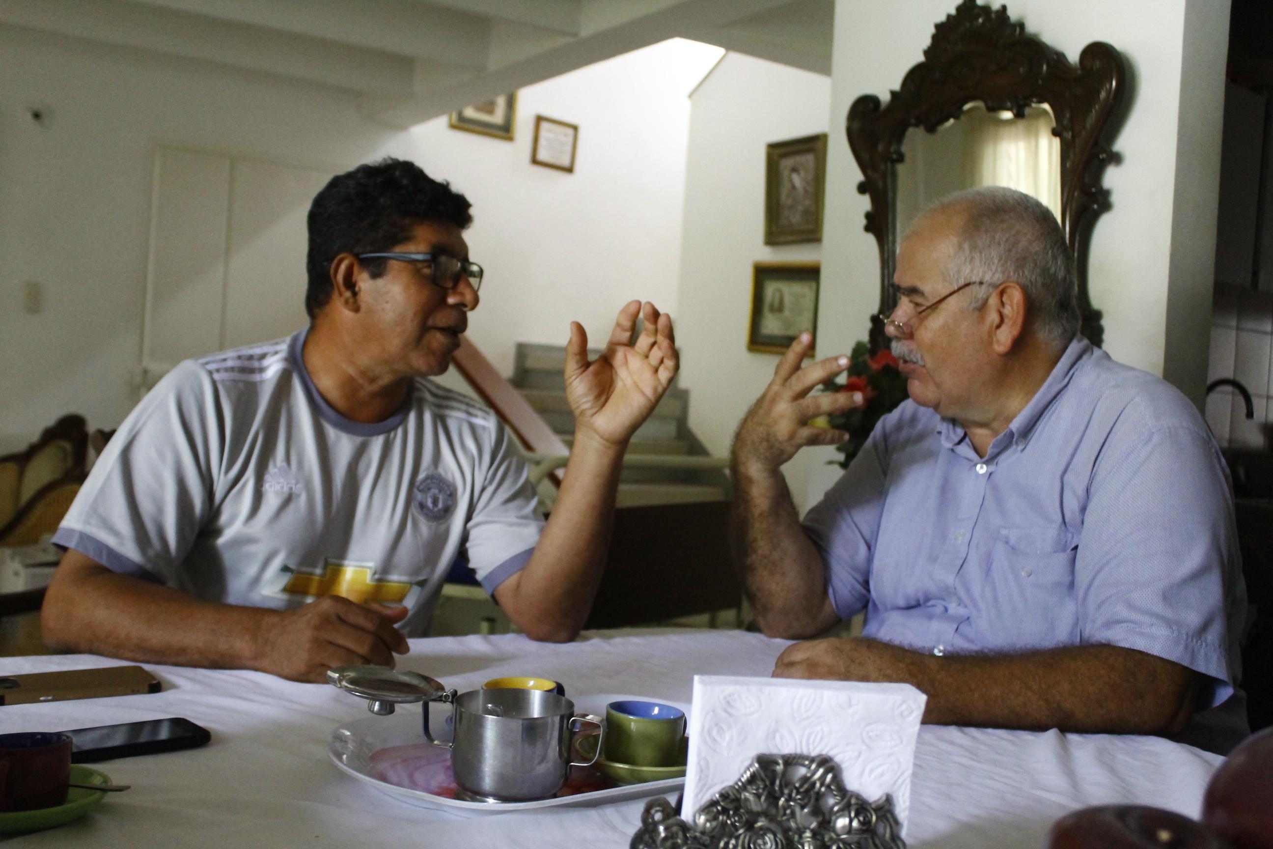 """Pese a las diferencias políticas, """"Solís"""" y su antiguo secuestrado se sentaron a tomar café."""
