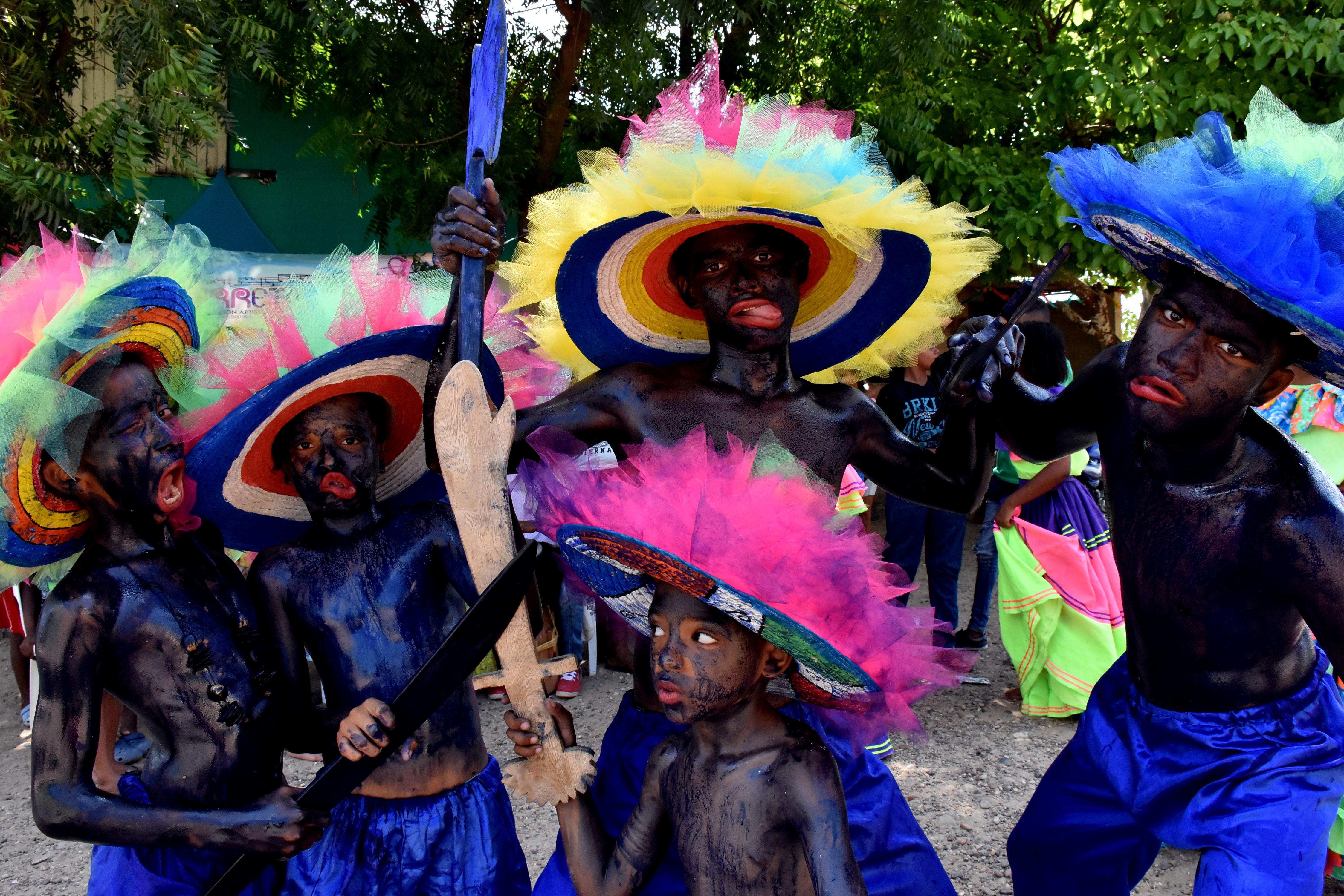 Pequeños danzantes posan con sus tradicionales muecas para el lente de EL HERALDO.