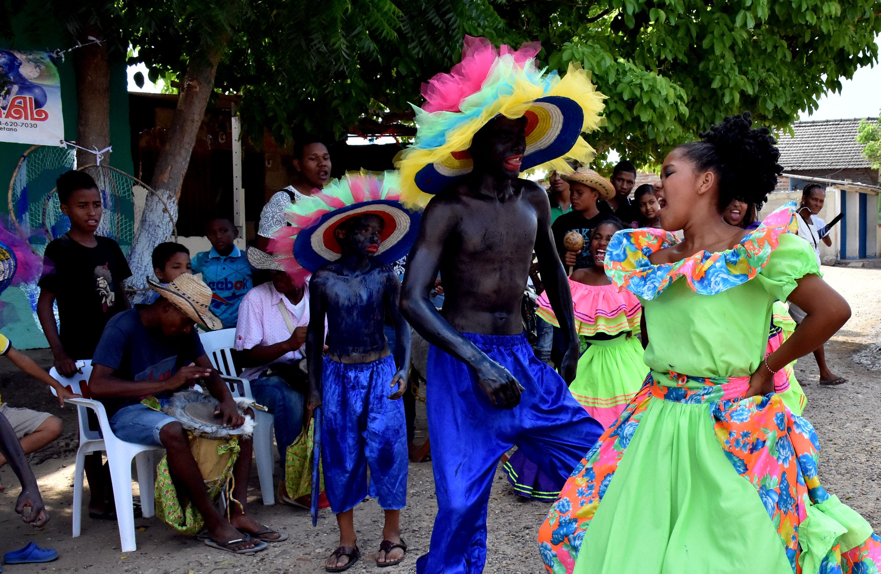 Un joven danza frente a una niñas, mientras el grupo toca 'Rama de tamarindo'.
