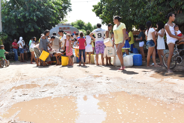 El acueducto de Badillo fue arrasado por una corriente hace dos años. El agua la distribuye en carrotanques.