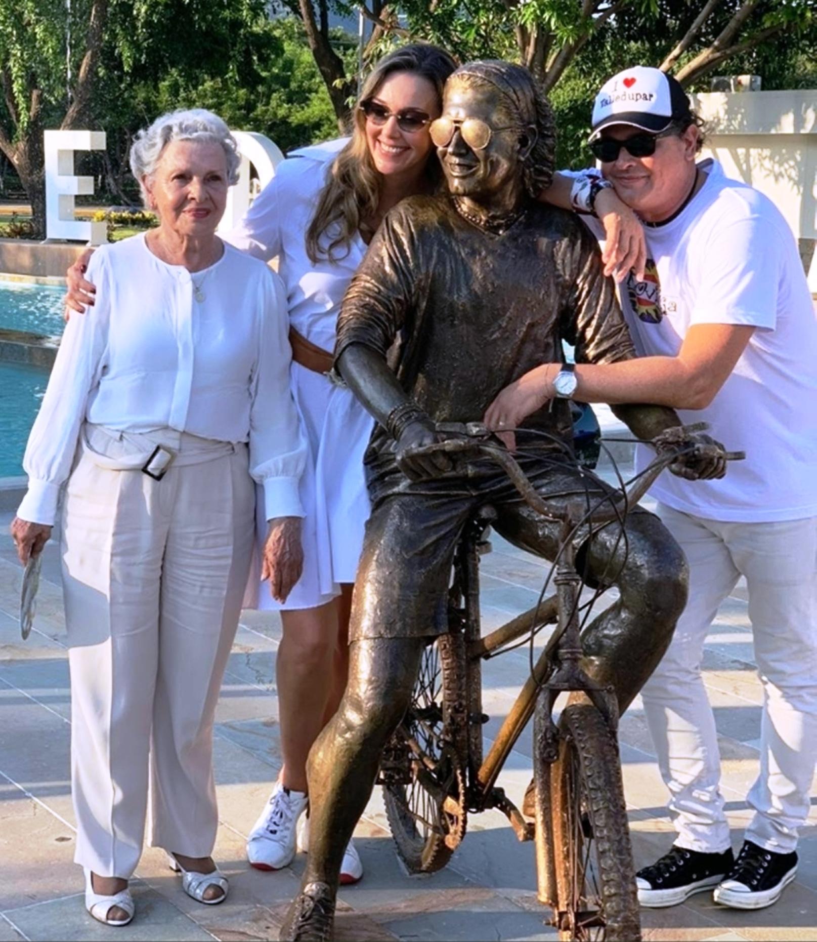 El cantante vallenato no ocultó su alegría al ver la escultura que hicieron en su nombre.