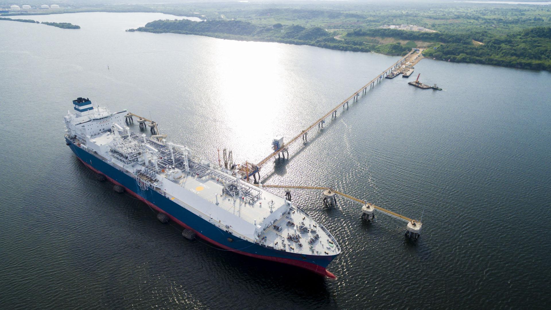 Barco metanero que transporta el GNL.