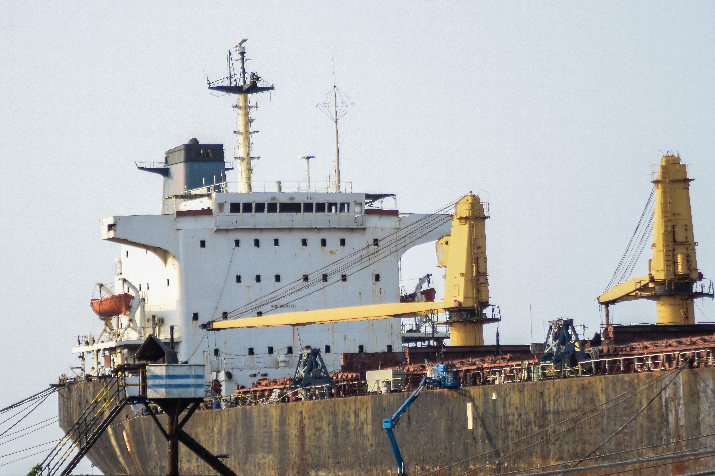 Parte de la popa del buque, donde se aprecian las grúas que movilizan a los obreros encargados de su desarme.