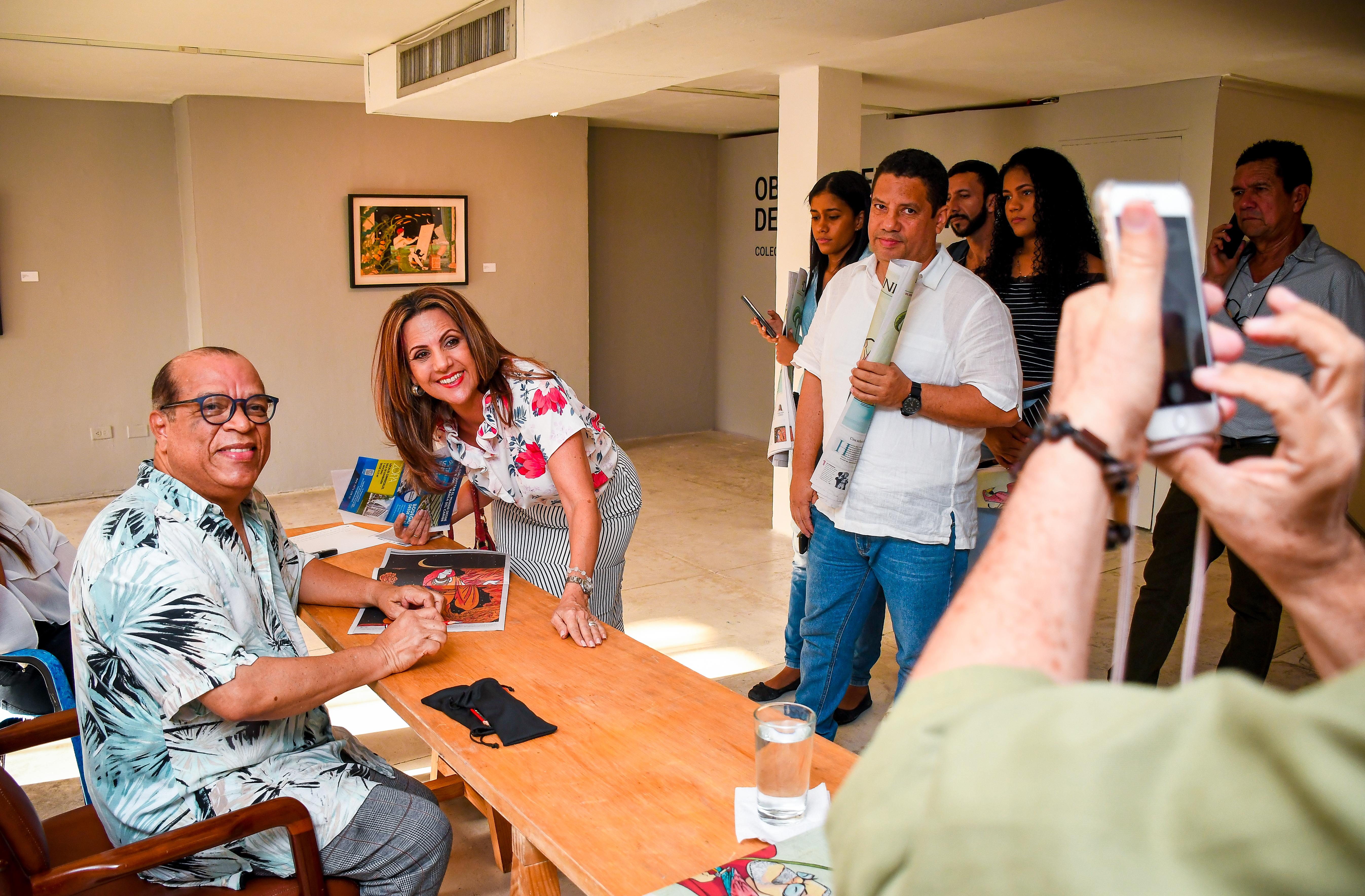 Barrios posa junto con la galerista Elsa Piñeres.