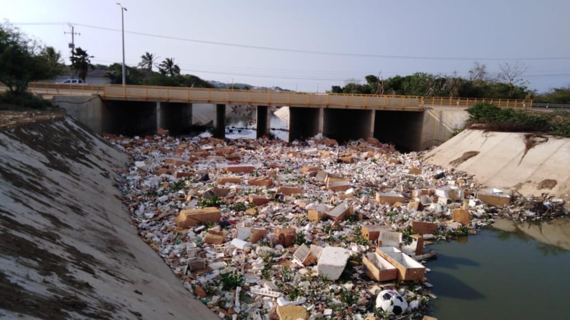 Toneladas de basuras que contienen cartones, fibras de vidrios, plásticos e icopor llegan el arroyo.