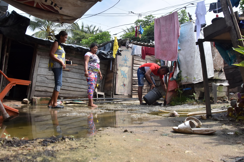 Los residentes del sector han tenido que sacar el agua con baldes y escobas.