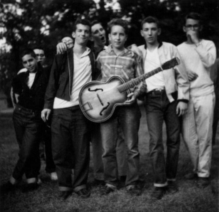 Esta foto fue tomada en 1957 en el campamento de verano de Herzl. Dylan lleva su inseparable guitarra.