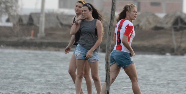 Fotos exclusivas  Shakira se pone la rojiblanca y Vives se viste de ... a76dac0f7af91