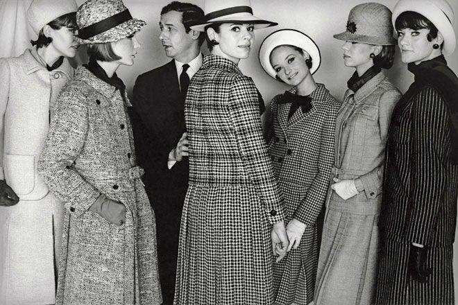 Marc Bohan junto a modelos que llevan su colección.